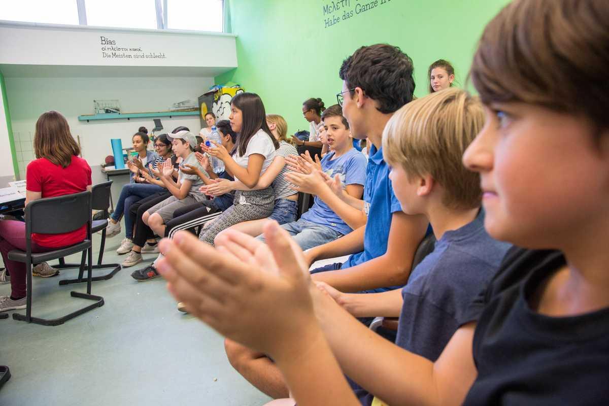 Schüler applaudieren