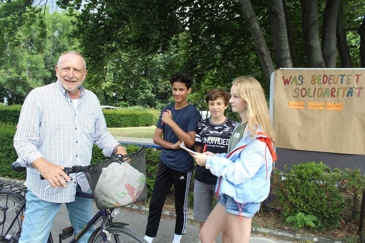 Jugendliche befragen Passanten zu Solidarität