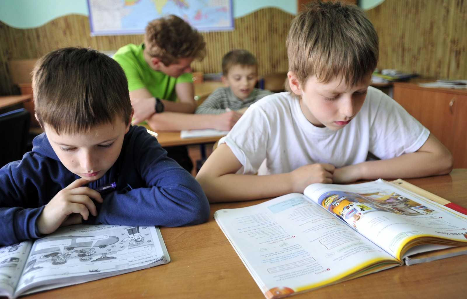 Schüler lesen in Unterrichtsmaterial
