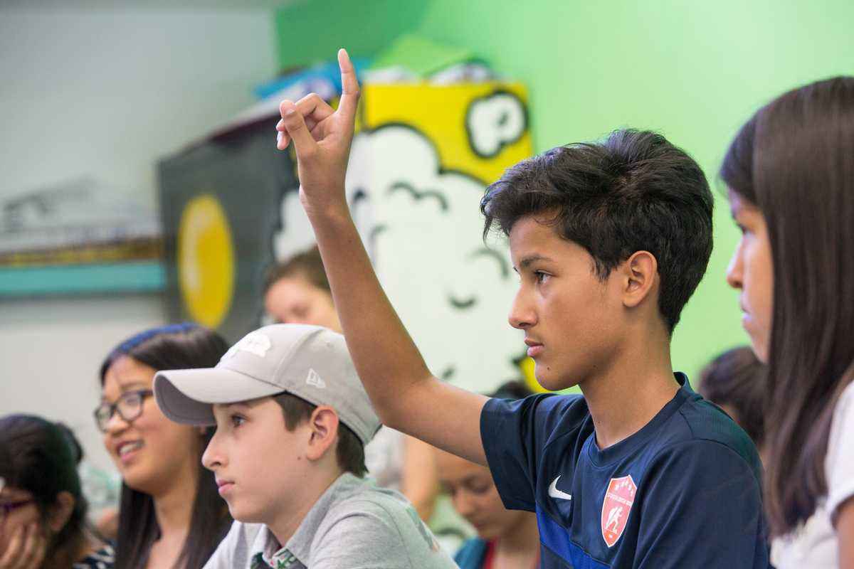 Schüler zeigt auf