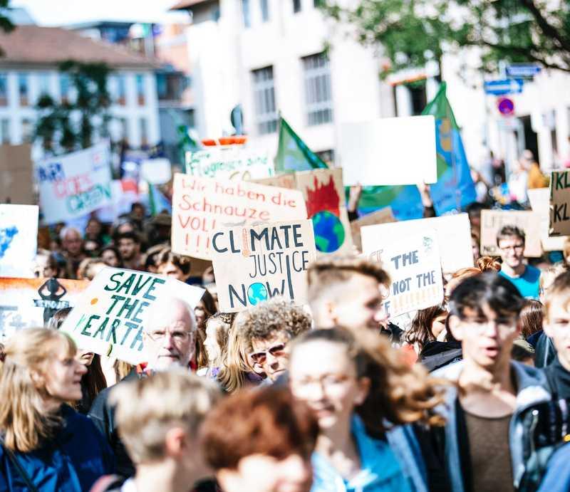 Junge Menschen bei Klimademo