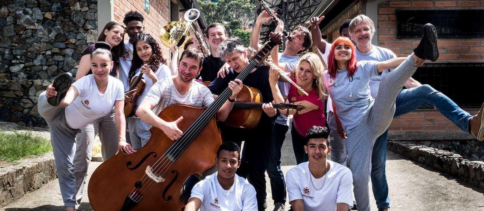 Musikerinnen und Musiker des Beethoven Orchester Bonn mit Jugendlichen des Projekts